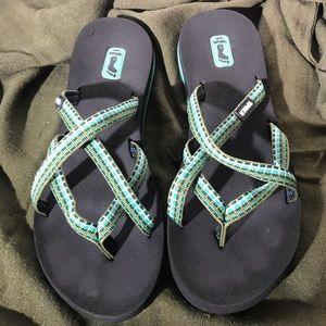 Teva strappy flip flops green and black